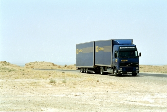 Camion-remorque dans le desert