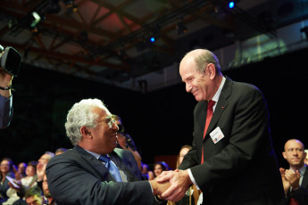 Alim-Louis Benabid (r), winner of the European Inventor Award 2016 in the Research category, being congratulated by Portuguese Prime Minister António Costa (l) at the award ceremony in Lisbon on 9 June